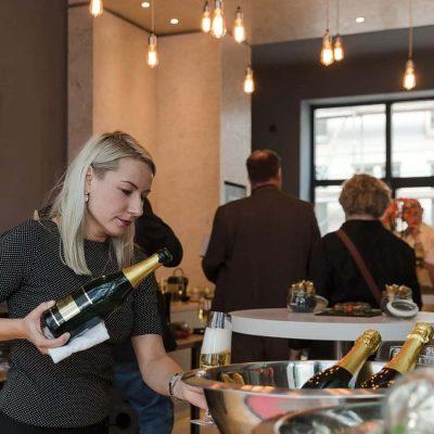 """Weinseminar in Frankfurt am Main mit Sommeliere Mia als beste Nachwuchs-Sommelière des Jahres in Deutschland ausgezeichnete Mia Kmecová verdiente sich weitere Sporen im """"L'Etranger"""", einem Luxusrestaurant in der britischen Hauptstadt. Zusätzlich erhielt sie einen Preis für die beste Weinkarte Englands und den """"Prix du Montrachet""""."""