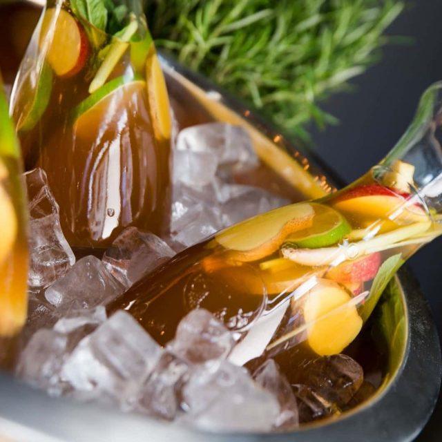 Cocktail Catering und Signature Drinks in den Farben ihrer Coporate Identity.